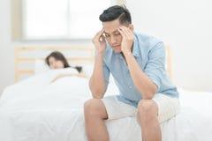 Jeune amant asiatique de couples ayant l'argument et se disputant Images libres de droits