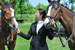 Jeune amazone avec le cheval deux Photos libres de droits