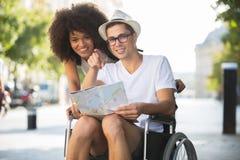 Jeune ami de touristes de couples handicapé Photographie stock