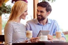 Jeune ami et amie se reposant en café Image stock