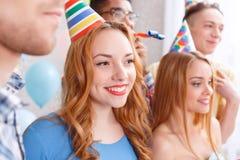Jeune ami sur une fête d'anniversaire Photographie stock libre de droits