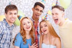 Jeune ami sur une fête d'anniversaire Image libre de droits