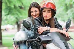 Jeune amie attirante voyageant en scooter Photographie stock libre de droits
