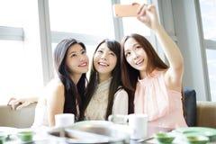 Jeune amie heureux prenant le selfie ensemble Photos libres de droits