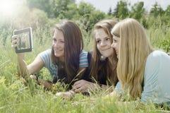 Jeune amie trois heureuse faisant le selfie par le téléphone Photo stock