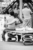 Jeune amour au magasin d'échanges d'a images libres de droits