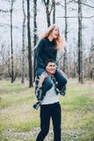 Jeune amour de couples marchant au printemps parc Images stock