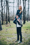 Jeune amour de couples marchant au printemps parc Photo stock