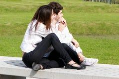 Jeune amour en stationnement Photographie stock libre de droits