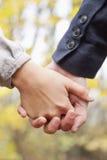 Jeune amour - mains de fixation de couples Photographie stock libre de droits