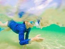 Jeune amusement sous-marin de garçon en mer avec des lunettes Amusement de vacances d'été photo stock