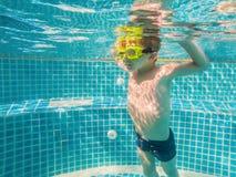 Jeune amusement sous-marin de gar?on dans la piscine avec des lunettes Amusement de vacances d'?t? photographie stock