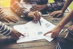 Jeune analyse d'équipe d'affaires avec le graphique financier au bureau, wor photos stock