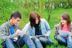 Jeune apprentissage d'étudiants extérieur Image stock
