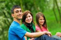 Jeune apprentissage d'étudiants extérieur Images stock