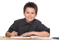Jeune apprentissage de garçon photos stock