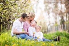 Jeune après-midi heureux de ressort de dépense de famille de quatre membres ensemble Photos stock