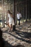 Jeune après-midi indien bel de dépense de couples dans la forêt Images libres de droits
