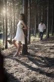 Jeune après-midi indien bel de dépense de couples dans la forêt Photographie stock