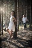 Jeune après-midi indien bel de dépense de couples dans la forêt Photos libres de droits