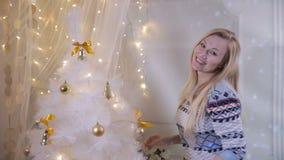 Jeune arbre de Noël de décoration femelle mignon Prochain concept de nouvelle année clips vidéos