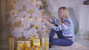 Jeune arbre de Noël de décoration femelle mignon Prochain concept de nouvelle année banque de vidéos