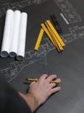 Jeune architecte ambitieux présent le modèle d'un nouveau hous illustration de vecteur