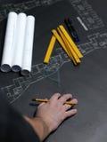 Jeune architecte ambitieux présent le modèle d'un nouveau hous illustration stock