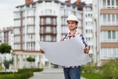 Jeune architecte devant l'immeuble Images libres de droits