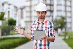 Jeune architecte devant l'immeuble Photographie stock