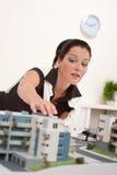 Jeune architecte féminin avec le modèle architectural photos stock