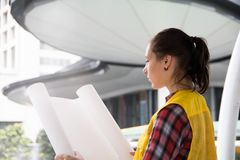 Jeune architecte féminin Holding Blueprint Plans Photo stock