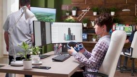 Jeune architecte féminin travaillant dans le logiciel 3D banque de vidéos