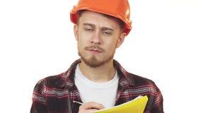 Jeune architecte masculin professionnel dans un masque faisant des notes banque de vidéos