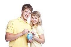 Jeune argent d'économie de couples Photos stock