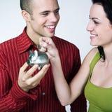 Jeune argent d'économie de couples Photos libres de droits