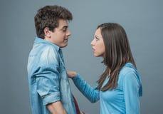 Jeune argumentation de couples Images libres de droits