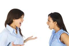 Jeune argumentation de femmes d'affaires. Image libre de droits