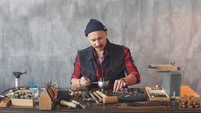 Jeune artisan ambitieux fixant un bijou dans la boucle d'oreille clips vidéos