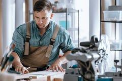 Jeune artisan concevant la nouvelle machine Image stock