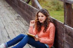 Jeune artiste à la montagne Photo stock