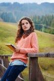 Jeune artiste à la montagne Photographie stock libre de droits