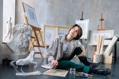 Jeune artiste d'étudiant sur le lieu de travail d'art photo stock
