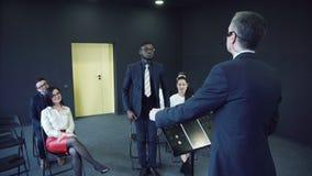 Jeune assistance attentive lors d'une réunion d'affaires clips vidéos