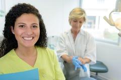 Jeune assistant attirant de dentiste de portrait image stock
