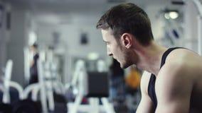 Jeune athlète attendant un appareil s'exerçant libre dans un gymnase banque de vidéos