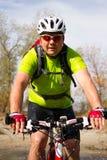 Jeune athlète croisant le terrain rocheux avec la bicyclette dans des ses mains Photos stock