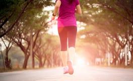 Jeune athlète de coureur de fille de sport courant à la route Concept de sport et d'exercice photo libre de droits