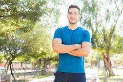 Jeune athlète de sourire Standing With Hands plié en parc photos libres de droits