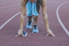 Jeune athlète féminin à la position de début Image stock
